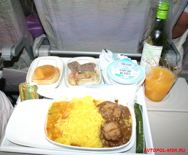 как кормят в самолетах эмирейтс